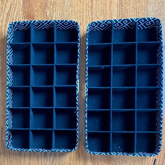 Ellen Tracy Other - Set of two matching jewelry organizers